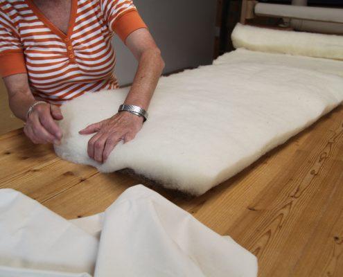 die Kanten des Kerns werden mit der Wolle ummantelt